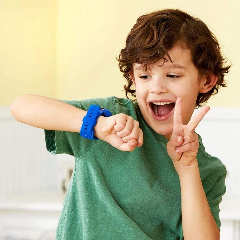 kid wearing vtech kidizoom smartwatch dx2